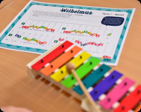 gekleurde xylofoon met Wilhelmus bladmuziek voor boomwhackers