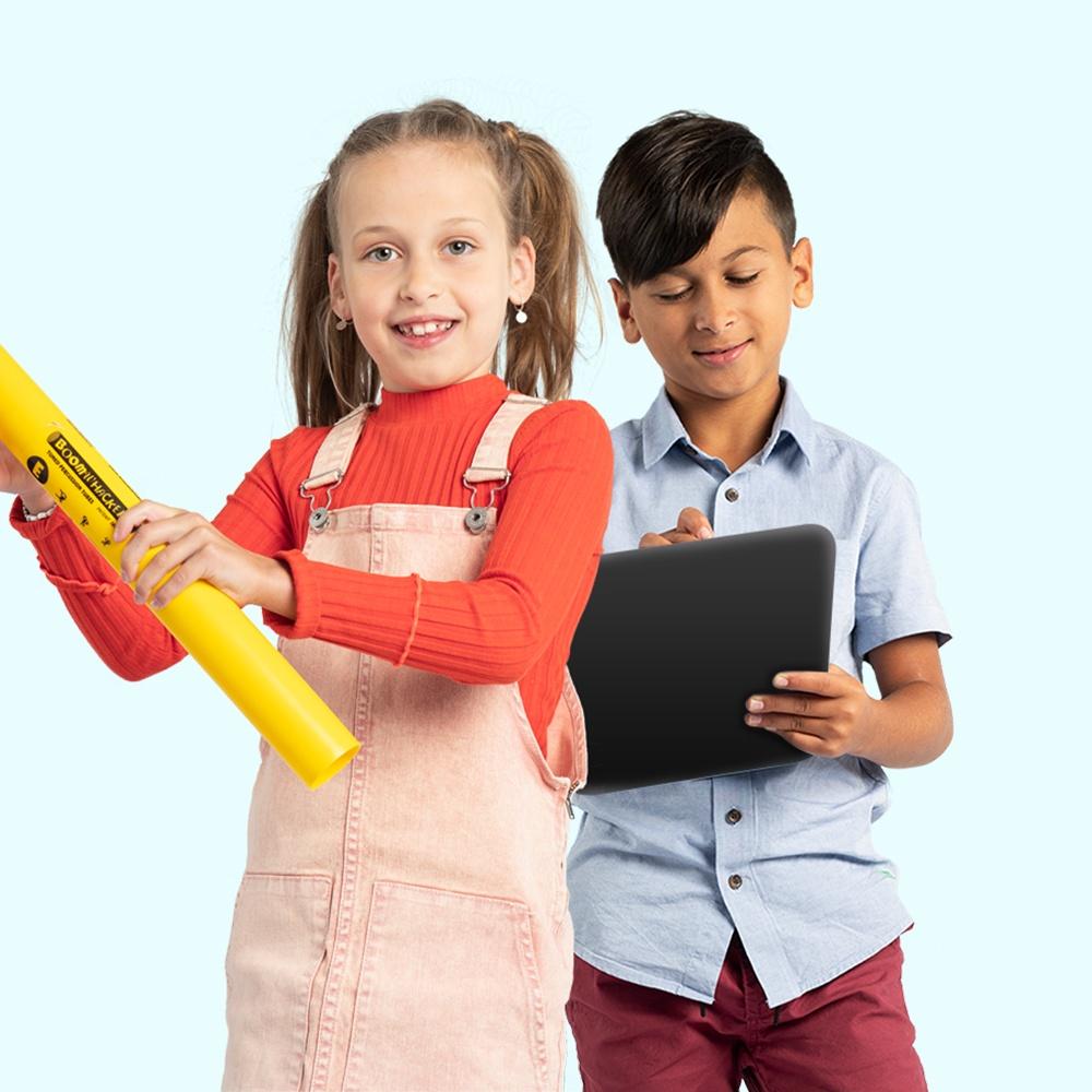 jongen en meisje met boomwhacker en tablet